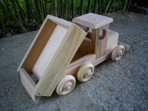 camion jouet en bois artisanal avec benne basculante